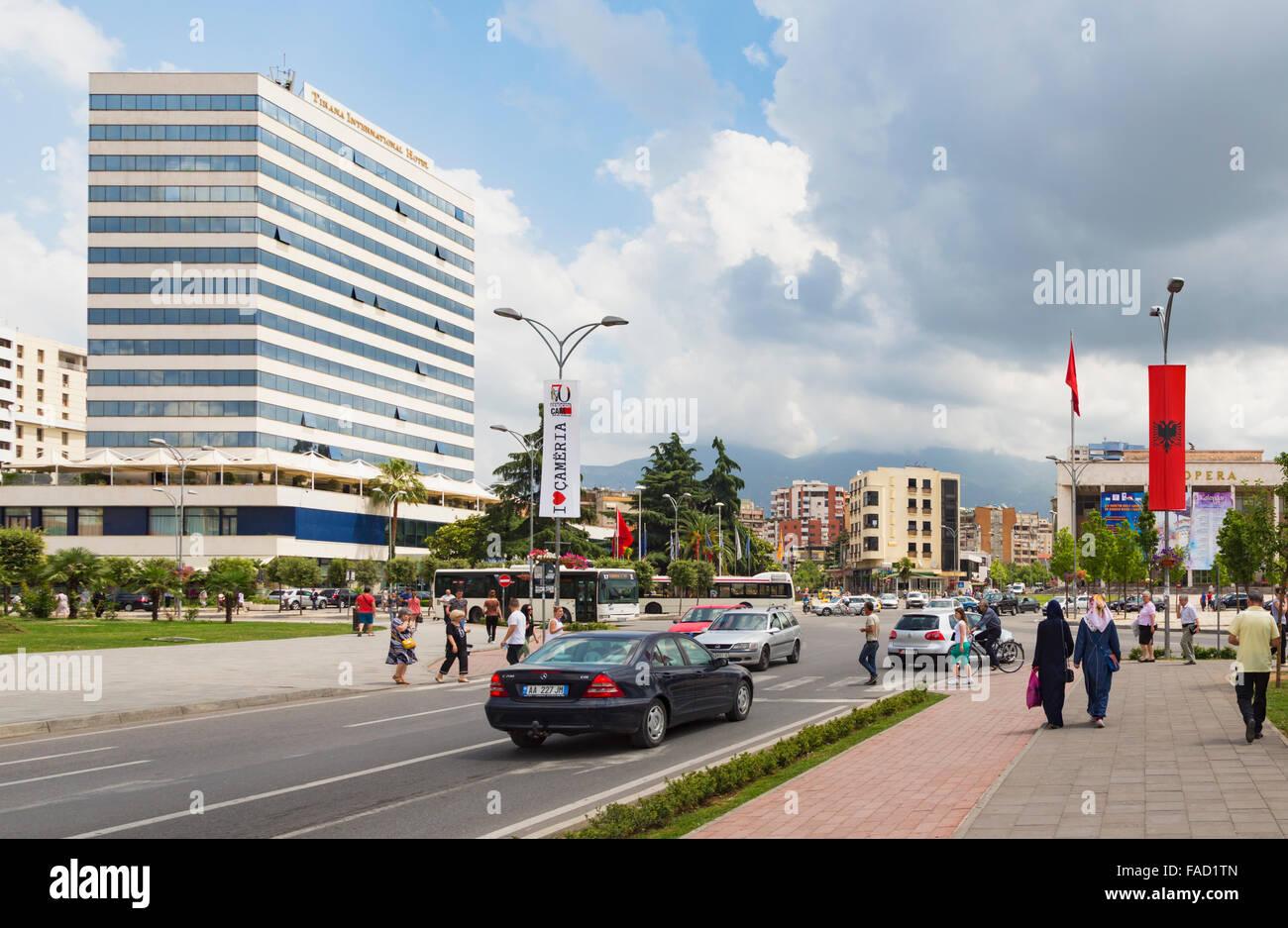 Tirana, Albanien.  Rruga e Durresit oder Durrës Street.  Eine der Hauptstraßen der Hauptstadt. Stockbild