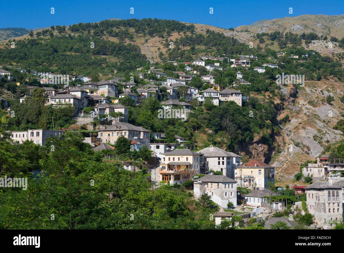 Gjirokastra oder Gjirokaster, Albanien.  Typisches traditionelles Anwesen am Rande der Altstadt. Stockfoto