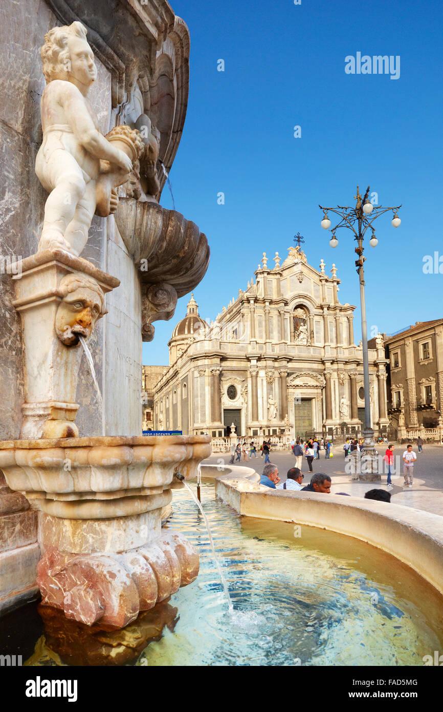 Sizilien - Brunnen des Elefanten und Catania Kathedrale im Hintergrund, Catania, alte Stadt, Sizilien, Italien Stockbild