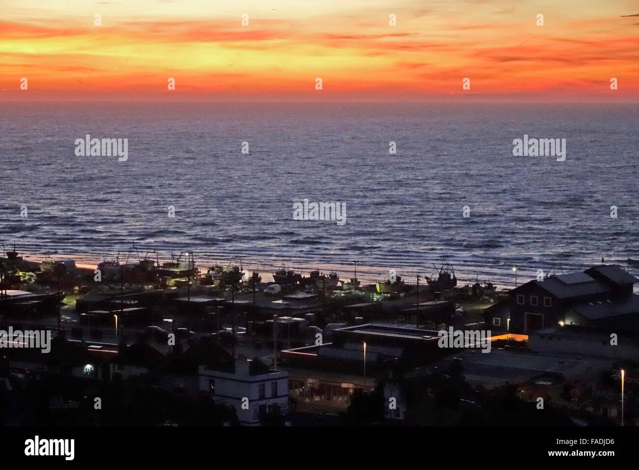 Hastings, East Sussex. 28. Dezember 2015. Feurige Sonnenaufgang über dem Meer läutet einen schönen Stockbild
