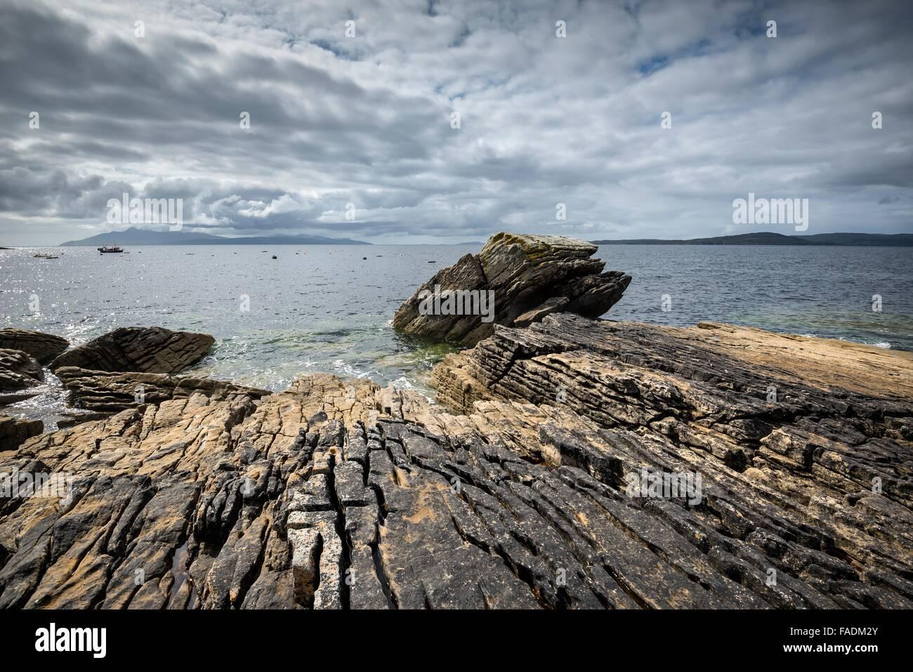 Verwitterten Sie vulkanischen Felsen in der Bucht von Elgol, Western Highlands, Isle Of Skye, Schottland, Vereinigtes Stockbild
