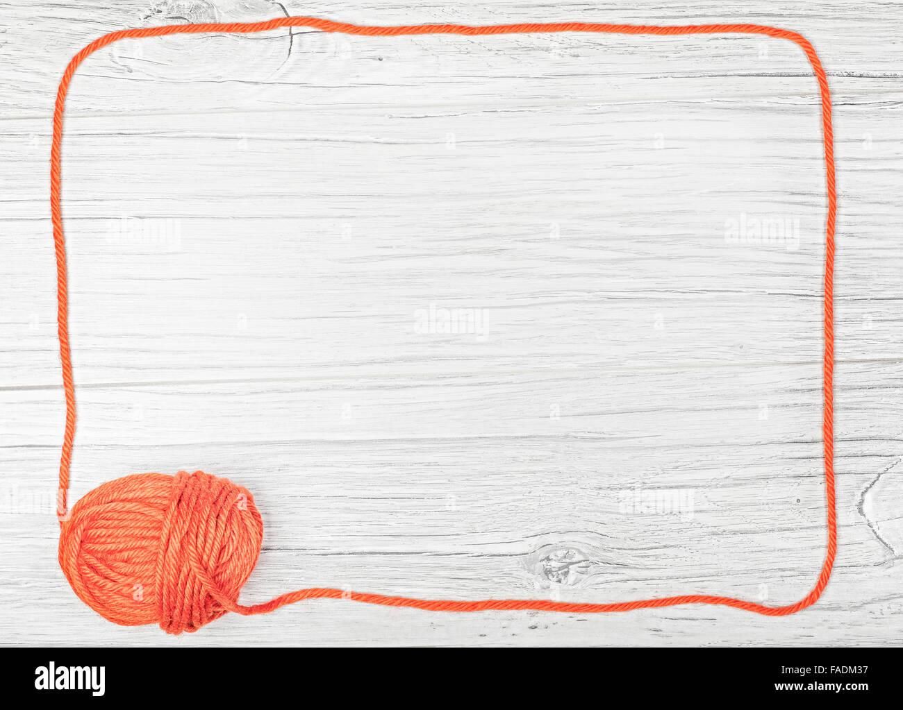 Roter Rahmen hergestellt aus Garn auf Holzbrett, Hintergrund mit ...