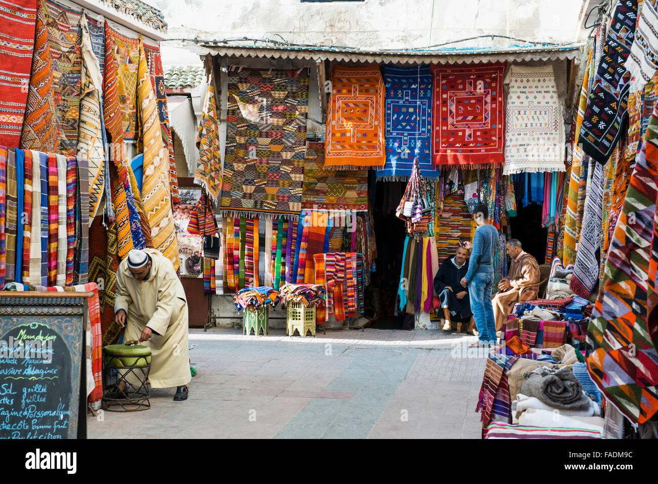 Teppichhändler in der Altstadt, Essaouira, Marokko Stockbild