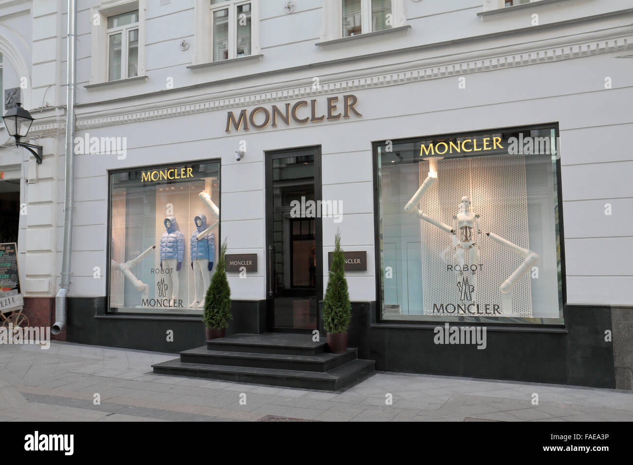 Moncler Shop Stockfotos & Moncler Shop Bilder Alamy