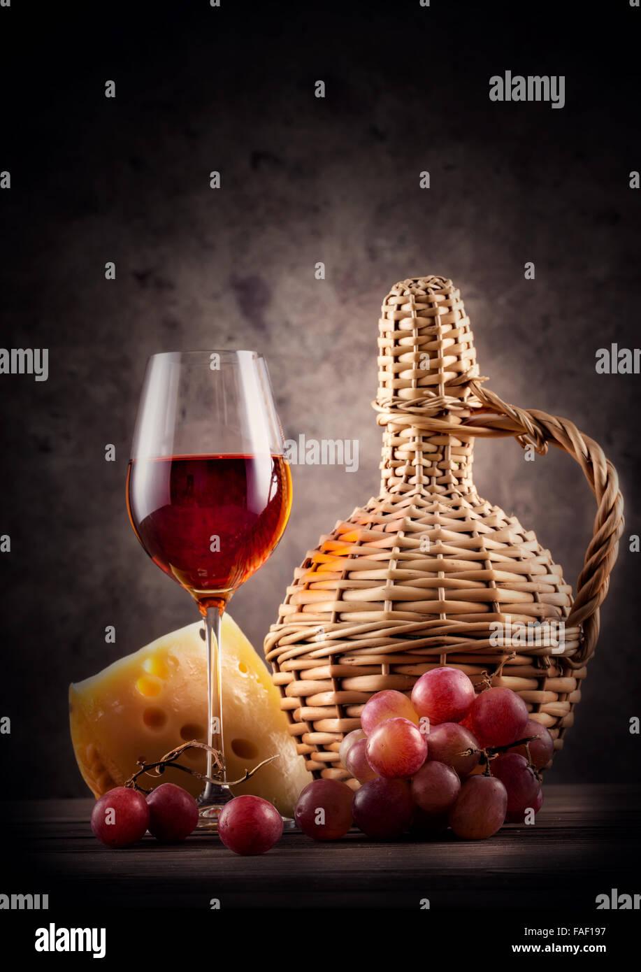 Glas Rotwein Mit Dekanter Und Trauben Auf Dunklem Hintergrund