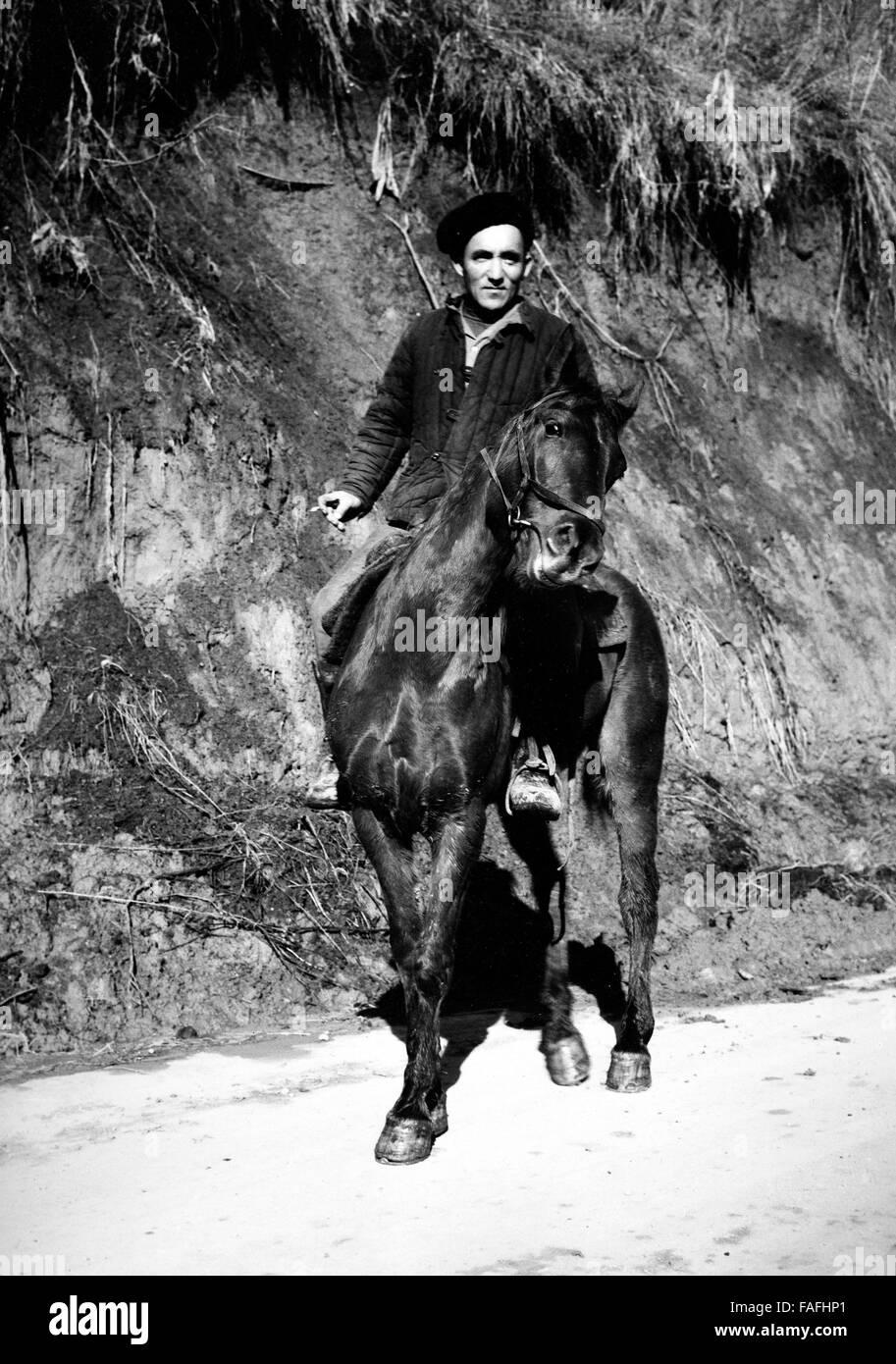 Kasache Auf seit Pferd Nahe Alma Ata in Kasachstan, Bezirkshandstempel 1970er Jahre. Kasachische Mann reitet sein Stockbild