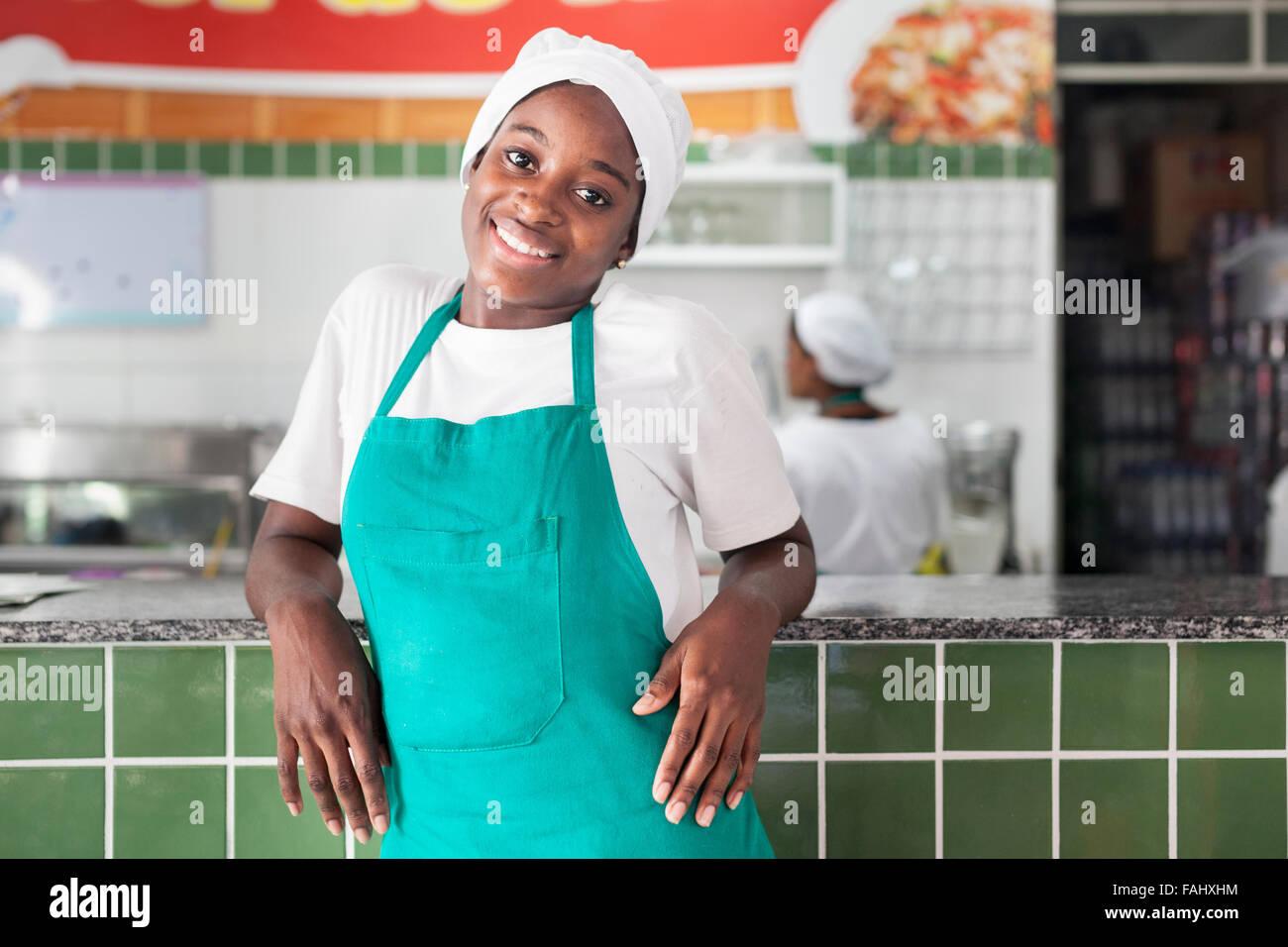 Eine Küchenhilfe / Kellnerin bei der Arbeit in Salvador, Bahia ...