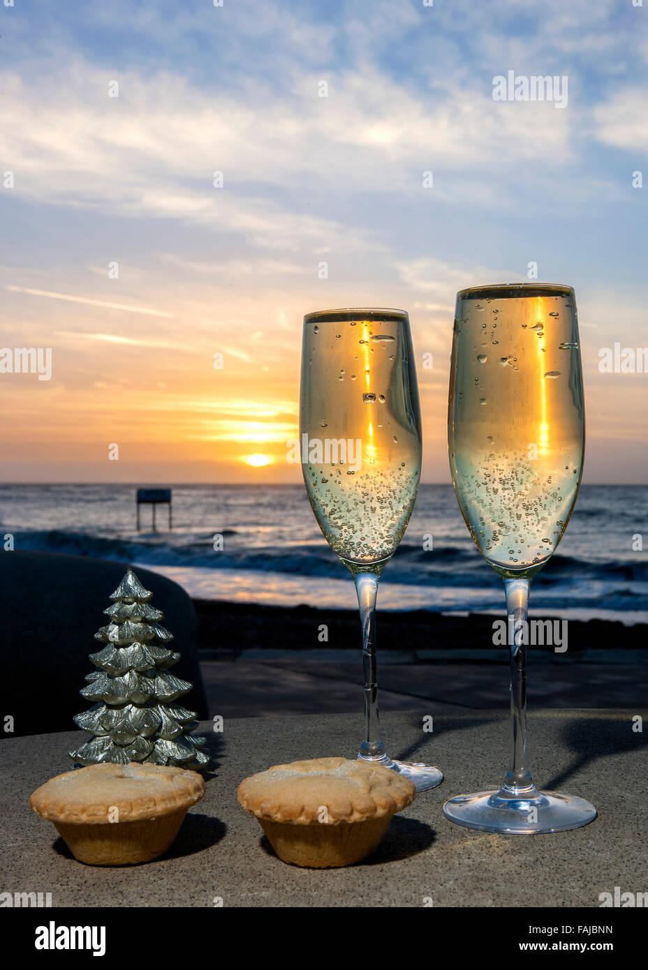 Champagner Mince Pies zu Weihnachten bei Sonnenaufgang auf dem Seeweg Stockbild