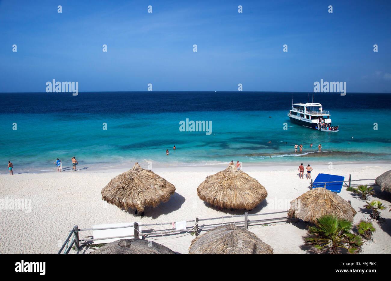 Strand Hütten und Main Beach auf Klein Curacao, Curacao Stockbild