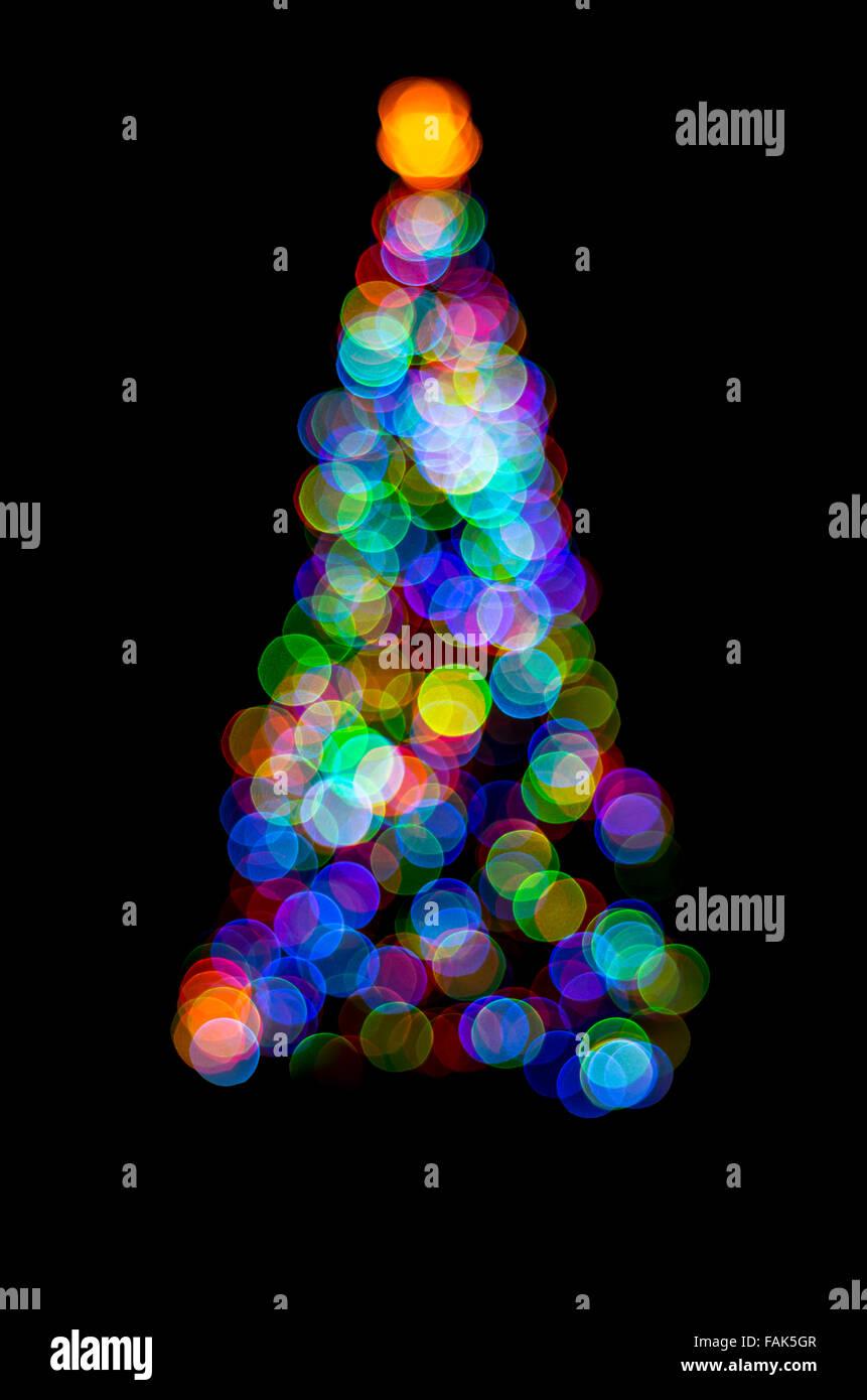 Zusammenfassung von Lichterketten auf ein Outdoor-Weihnachtsbaum in der Nacht auf schwarzem Hintergrund isoliert Stockfoto