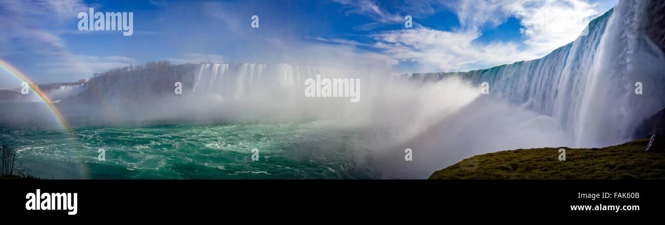 Kanadische Niagarafälle-Panorama mit einem Regenbogen Stockbild