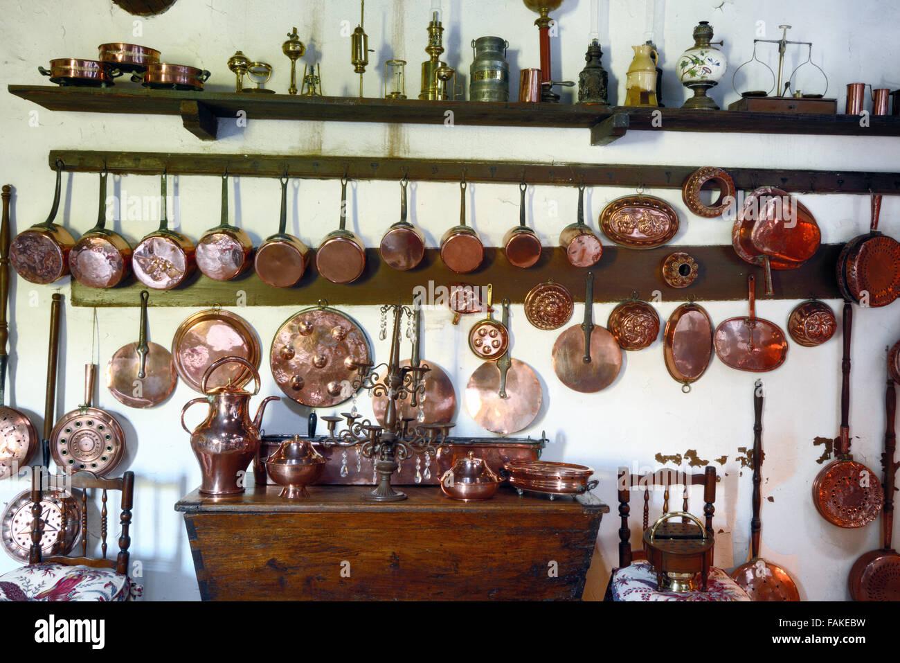 Kupfer Küchengeräte in der alten Küche von La Barben Château ...