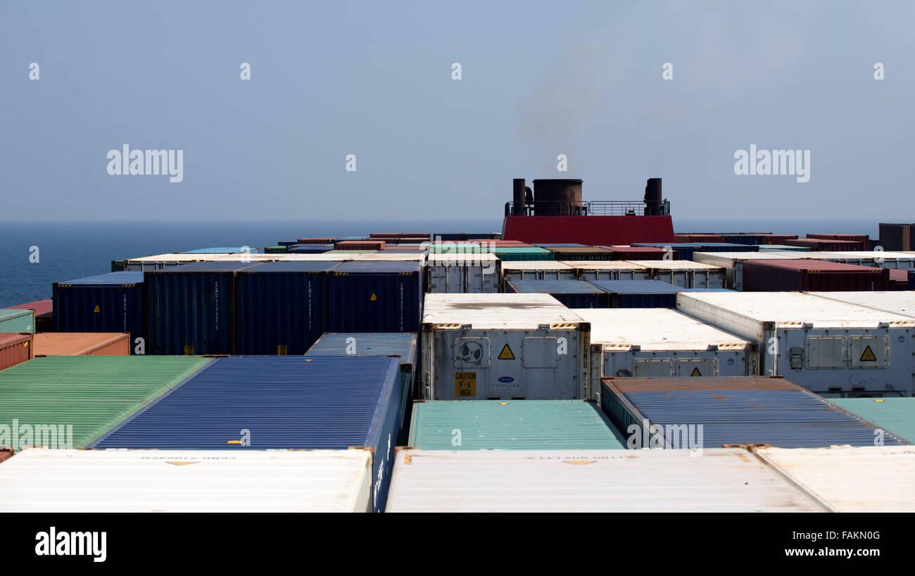 Außen Rauch Trichter auf Containerschiff vertreibt Kessel Dampf, als ...