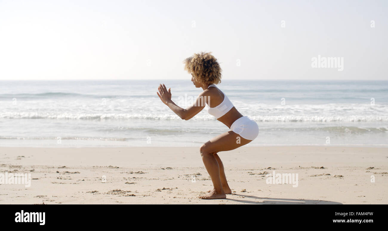 Frau macht Kniebeuge-Übungen Stockbild