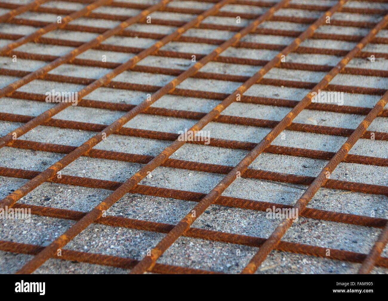 Rusty Metall Stiftung Konstruktionsraster auf Sand Hintergrund Stockbild