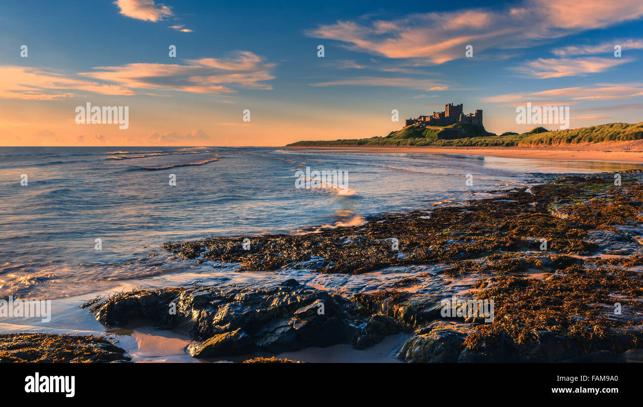 Bamburgh Castle bei Sonnenaufgang an der Ostküste von Northumberland, England. Stockbild