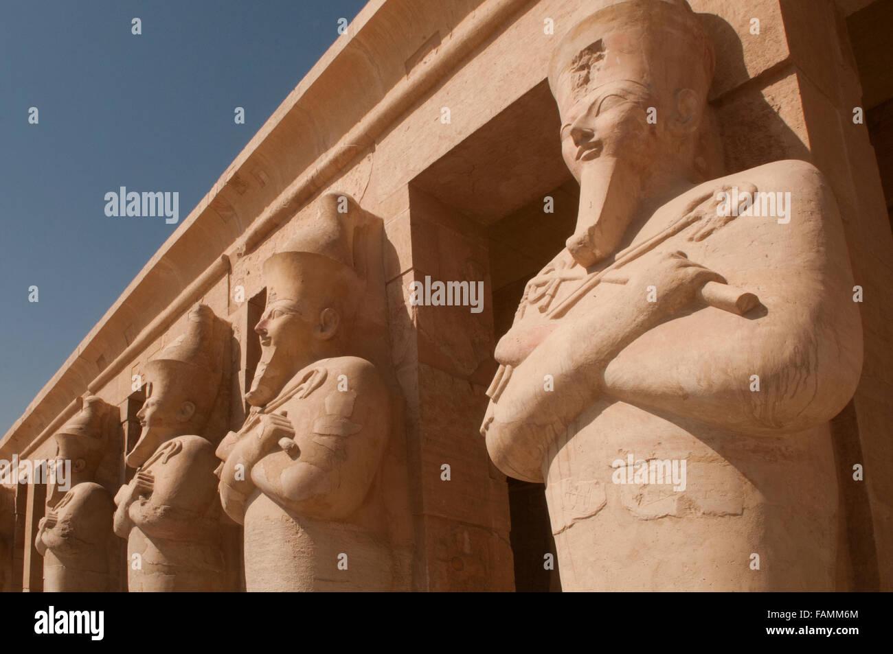 Osiride Statuen des weiblichen Pharao am Eingang zum Totentempel der Königin Hatschepsut im Tal der Könige Stockbild