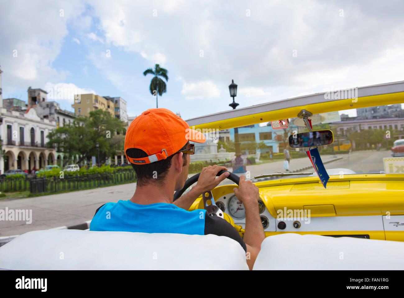 Mann fahren alte klassische Oldtimer, Taxifahrer in Havanna, La Habana, Kuba Stockbild