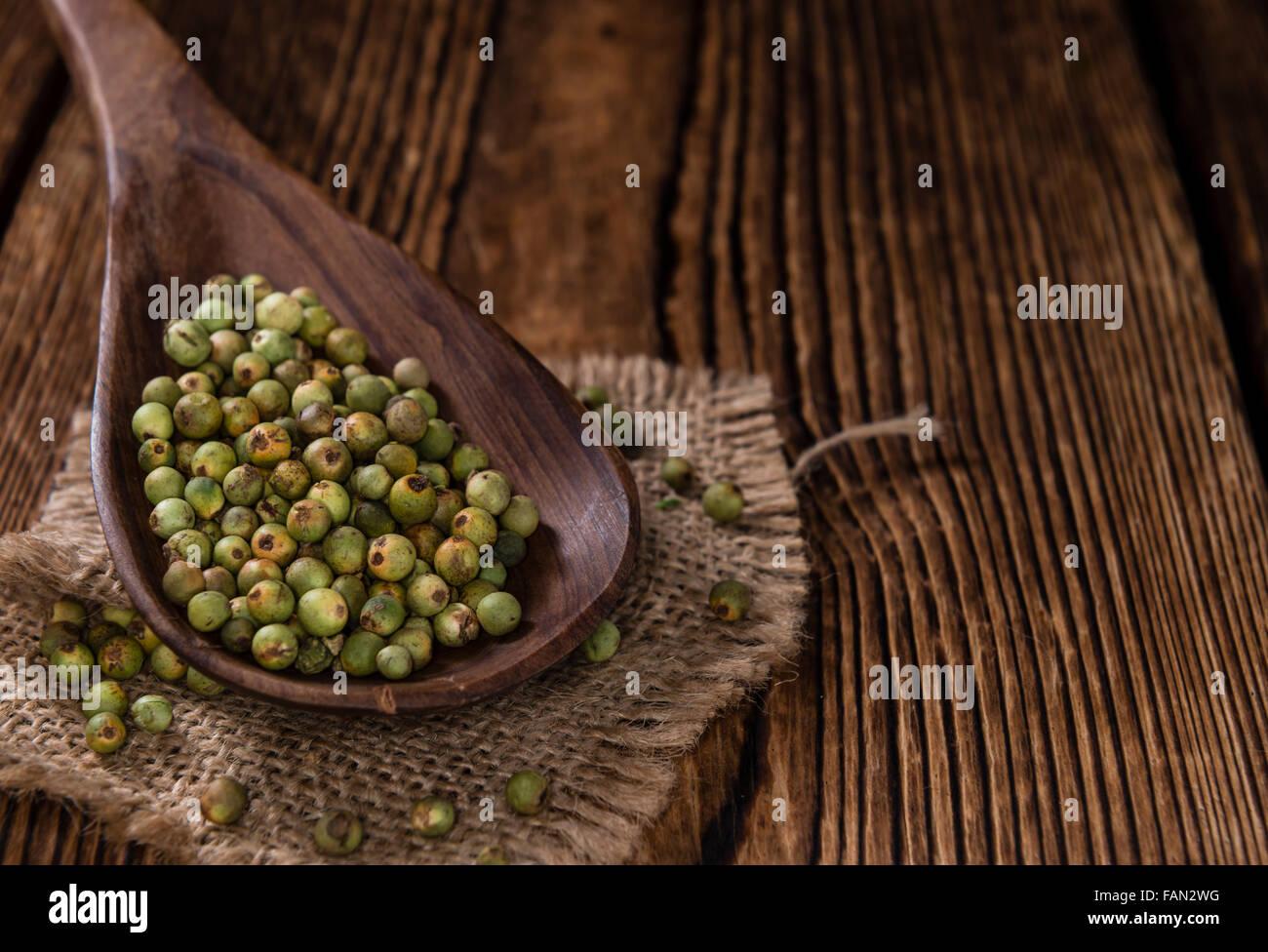 Pfefferkörner (grün) als detaillierte Nahaufnahme Schuss auf Vintage Holz-Hintergrund Stockbild