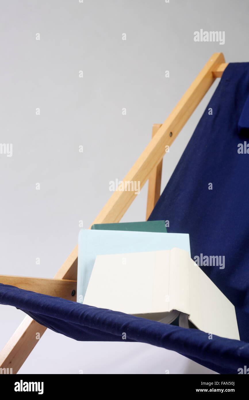 Liegestuhl aus Holzrahmen und himmelblaue Leinwand gemacht Stockfoto ...