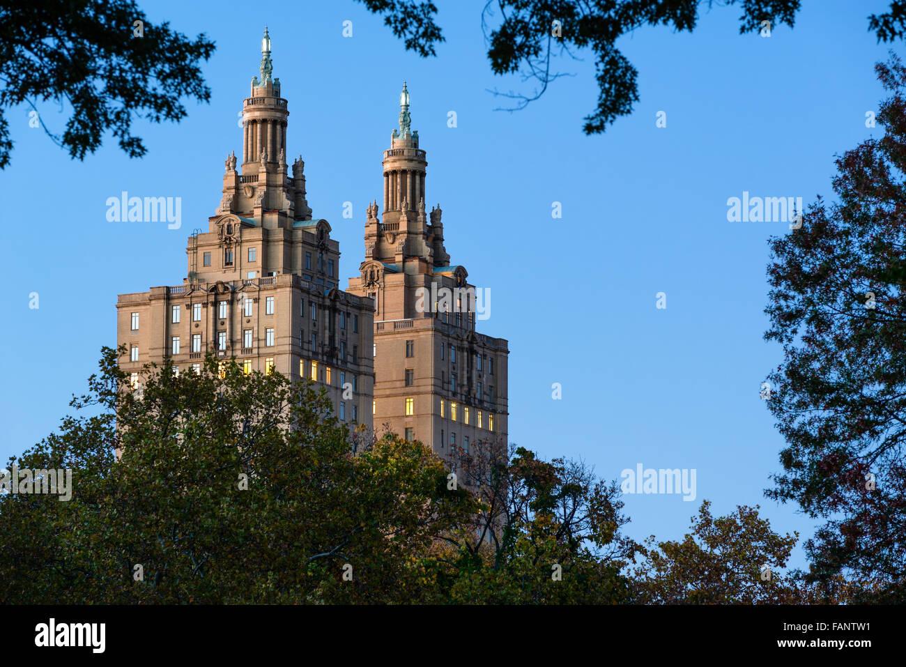 Nahaufnahme der beiden Türme des San Remo-Gebäudes in der Dämmerung über Central Park, Upper Stockbild