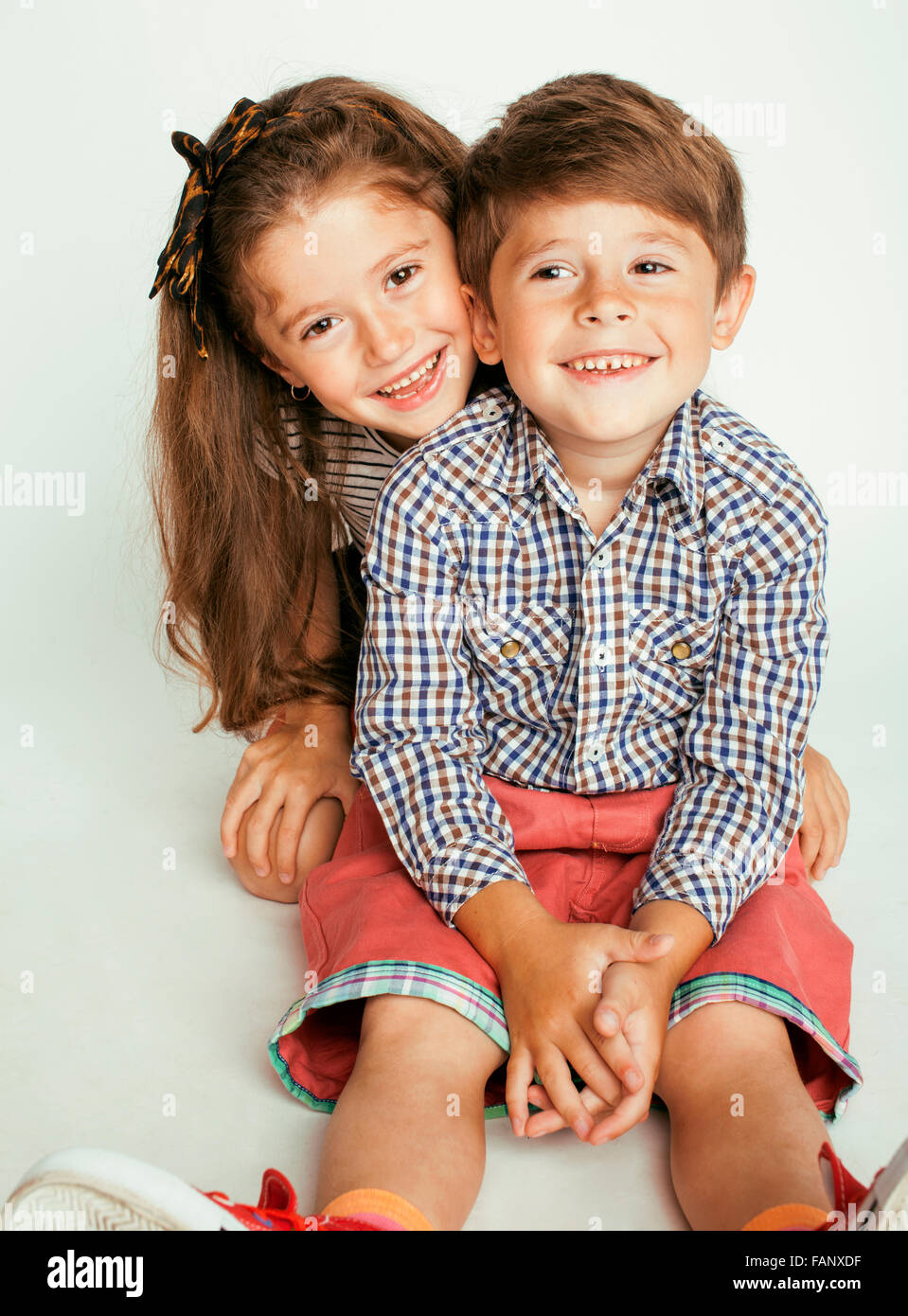 Kleine s e junge und ein m dchen umarmt auf wei em for Nett babyzimmer madchen und junge