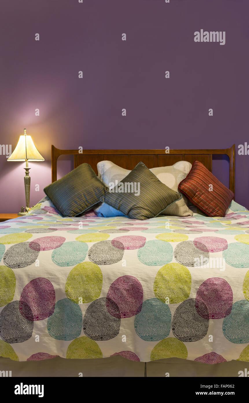 Schlafzimmer Innenraum Mit Lampe Bunte Kissen Und Tröster, Queen Size Bett  Und Lila Wand Dekoration