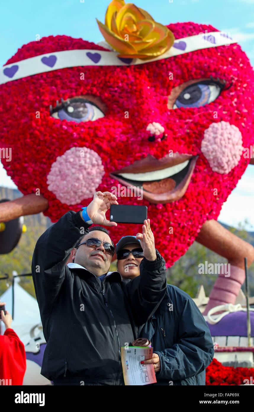 Pasadena, USA. 2. Januar 2016. Besucher statt eine Selfie während der 127. Rose Parade Showcase der schwebt in Pasadena, Stockfoto