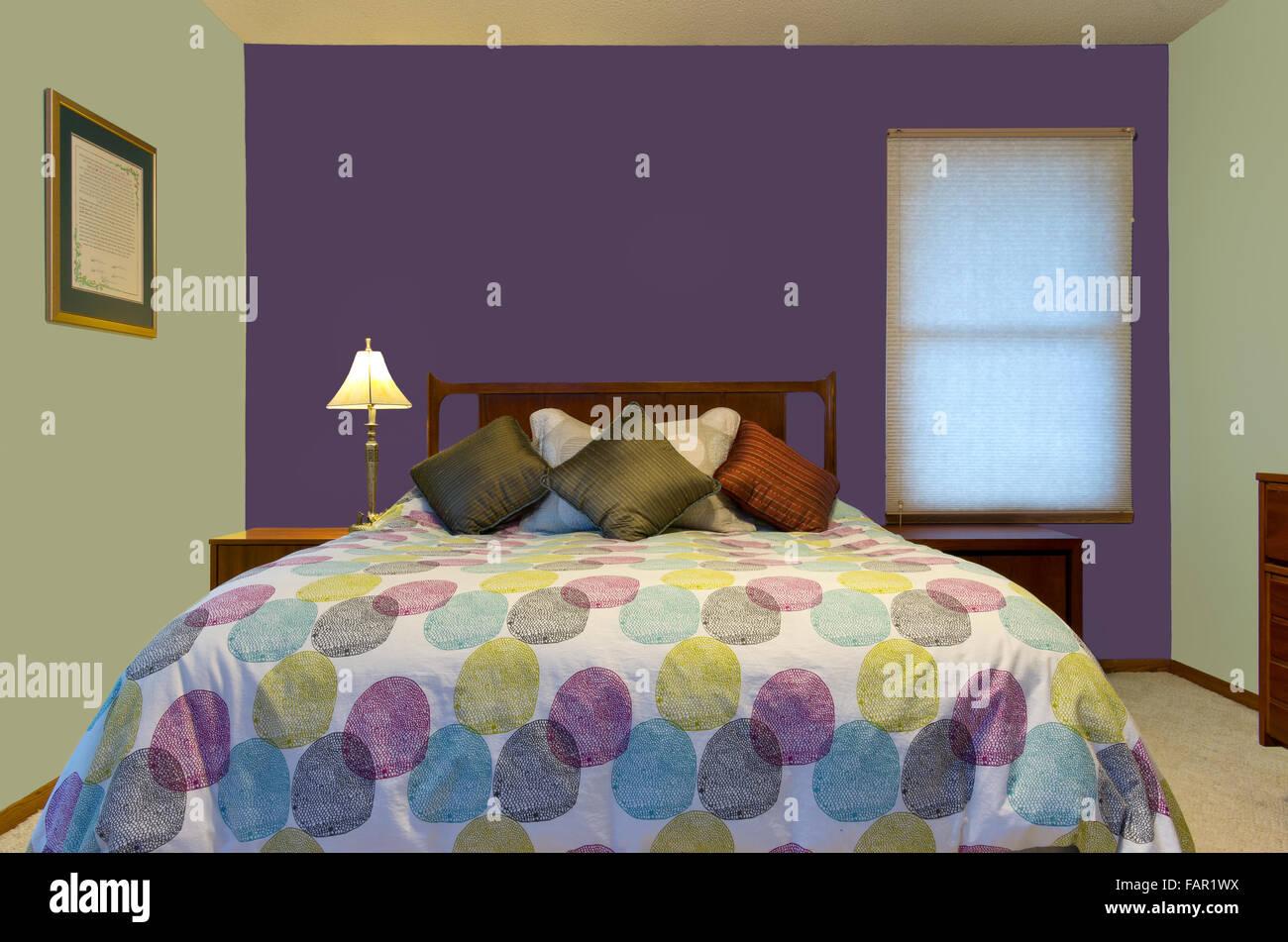 Schlafzimmer Innenraum Mit Lila Und Grüne Wände Lampe Bunte Kissen Und  Tröster Dekorieren Queensize Stockbild