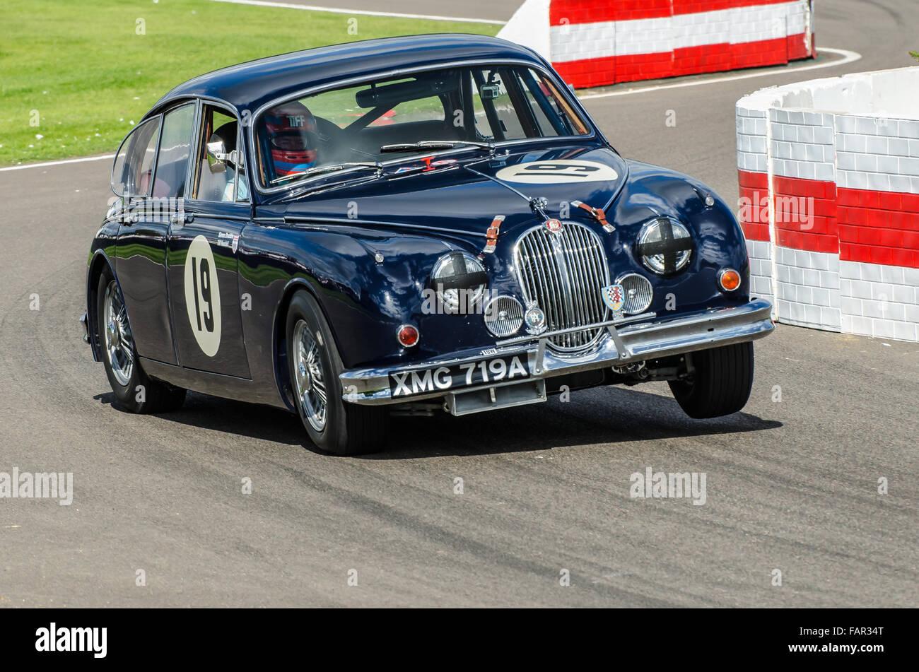 Jaguar Mk 2 im Besitz von Simon Drabble und war an der Goodwood Revival 2015 von TV-Moderatorin Timothy Needell Stockbild
