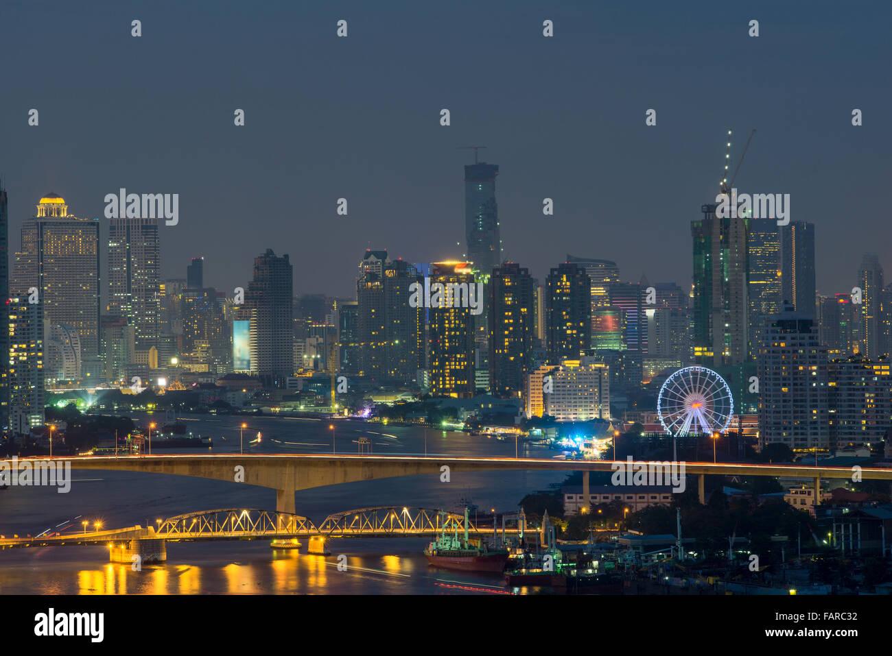Stadtbild von Bangkok aus Draufsicht mit Fluss, Thailand Stockbild