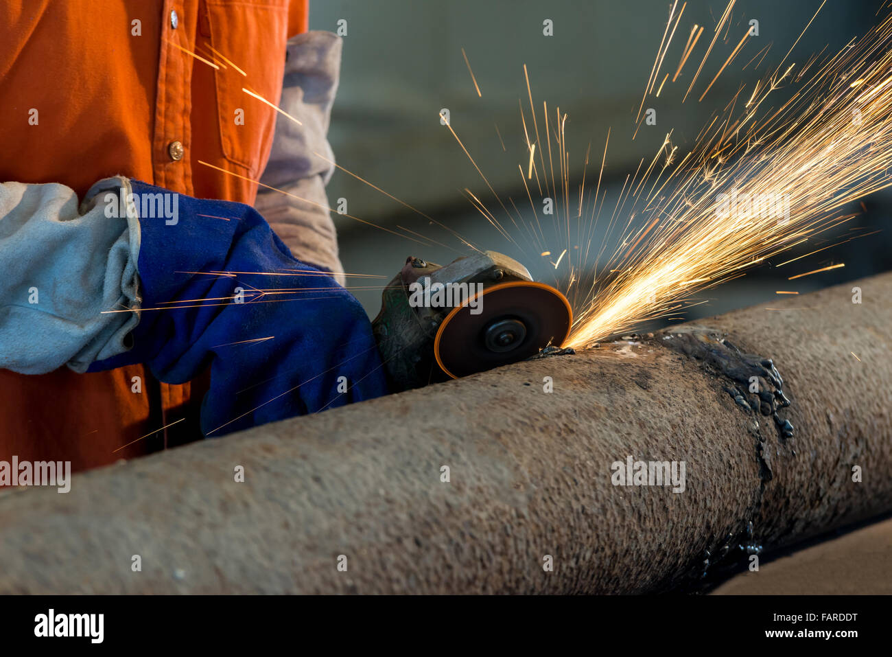 Arbeiter Schneiden Von Metall Mit Mahlwerk Funken Beim Schleifen