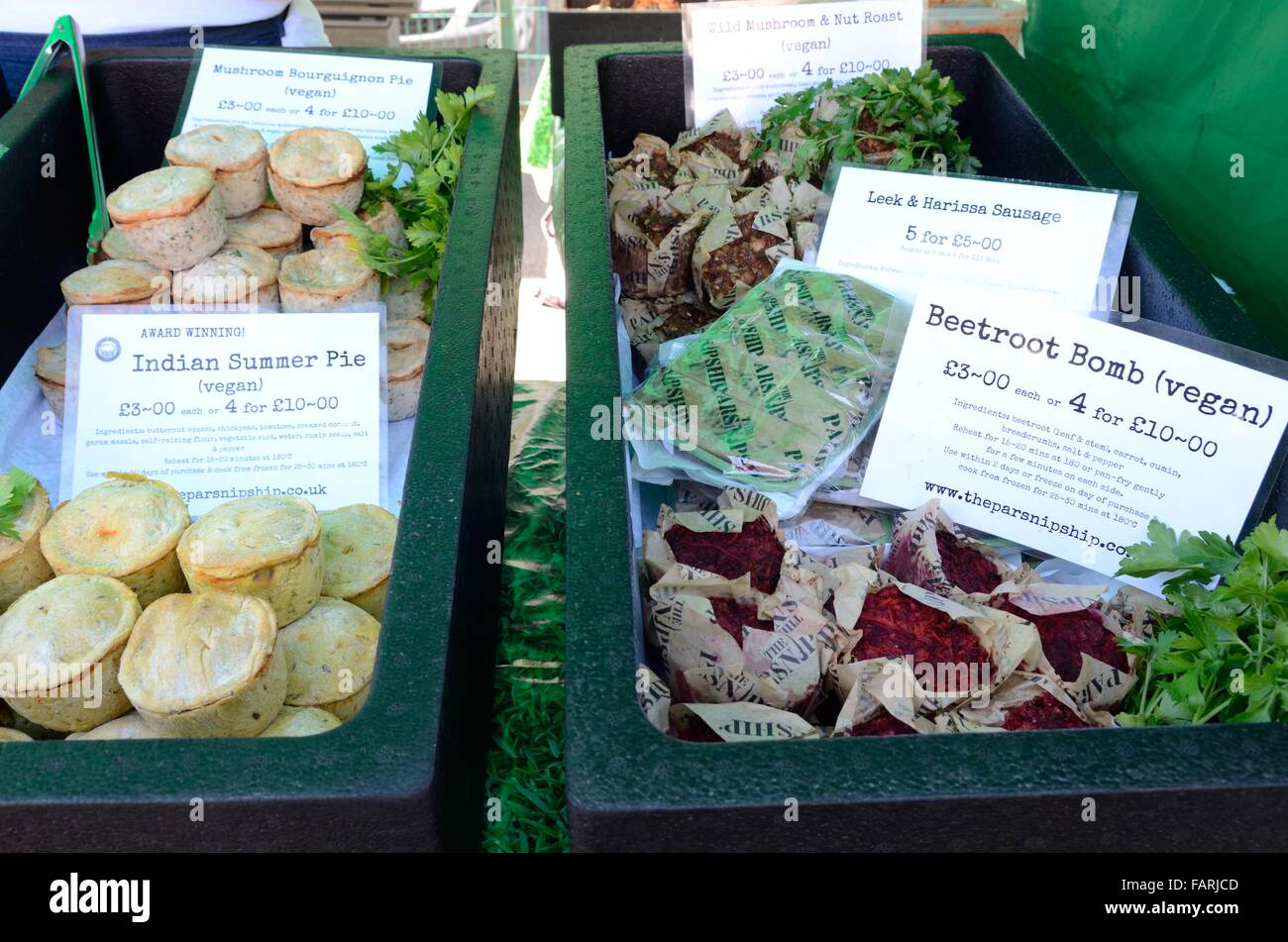 eine Auswahl an veganen und vegetarischen Speisen Narberth Food Festival Pembrokeshire Wales Cymru UK GB Stockbild