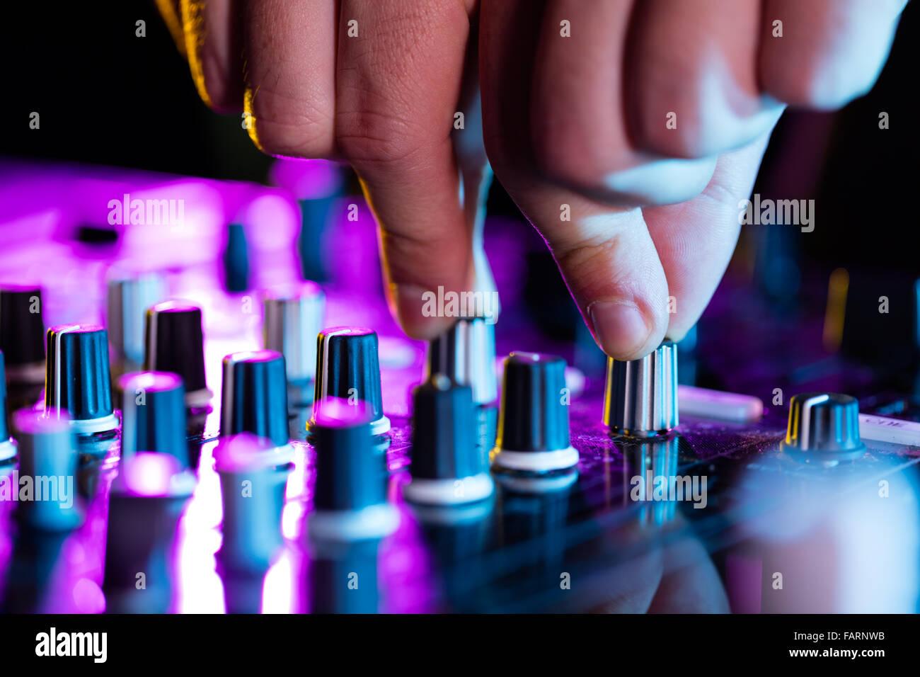 Detail des dj's Hände auf Konsole Stockbild