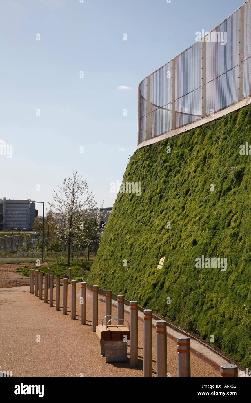 Struktur im Park mit schräge Wand Sedum abgedeckt. Stockbild