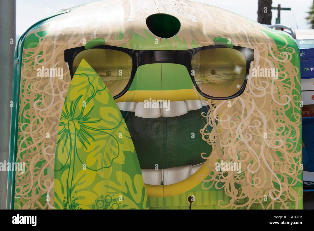 Humorvolle Gesicht Recyclingbehälter, Lloret de Mar, Costa Brava, Provinz Girona, Katalonien, Spanien Stockfoto