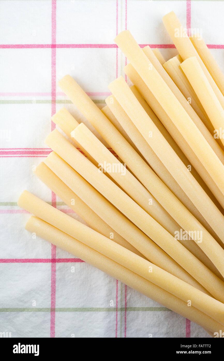 Candele Nudeln auf Tischdecke Stockbild