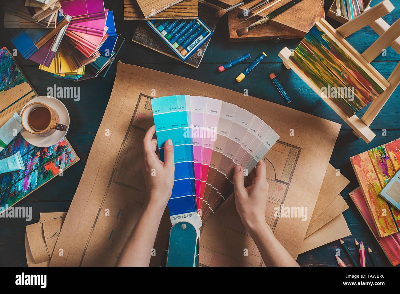 Designer Arbeitsplatz mit kreativ-Tools und Farbmuster Stockbild