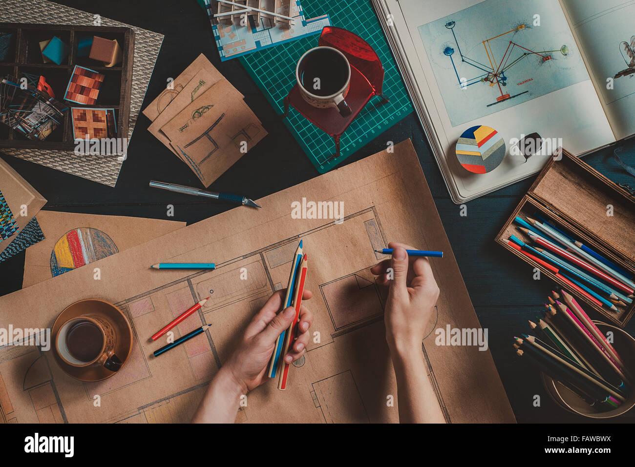 Designer Arbeitsplatz mit kreativ-Tools und Haus Baupläne Stockbild