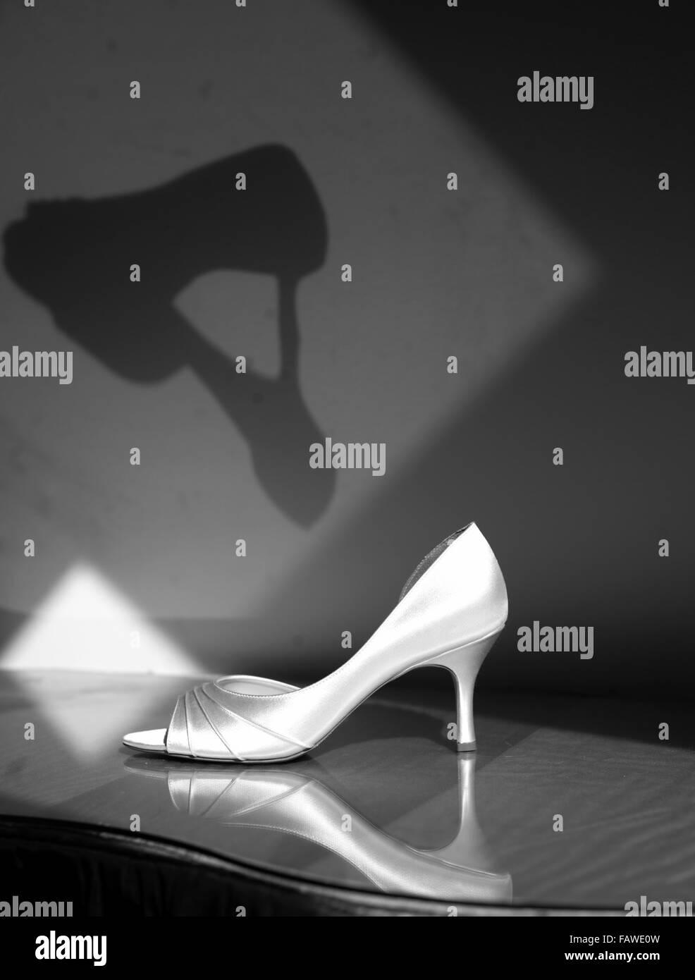 Schwarz und weiß von einem einsamen Schuh. Stockbild