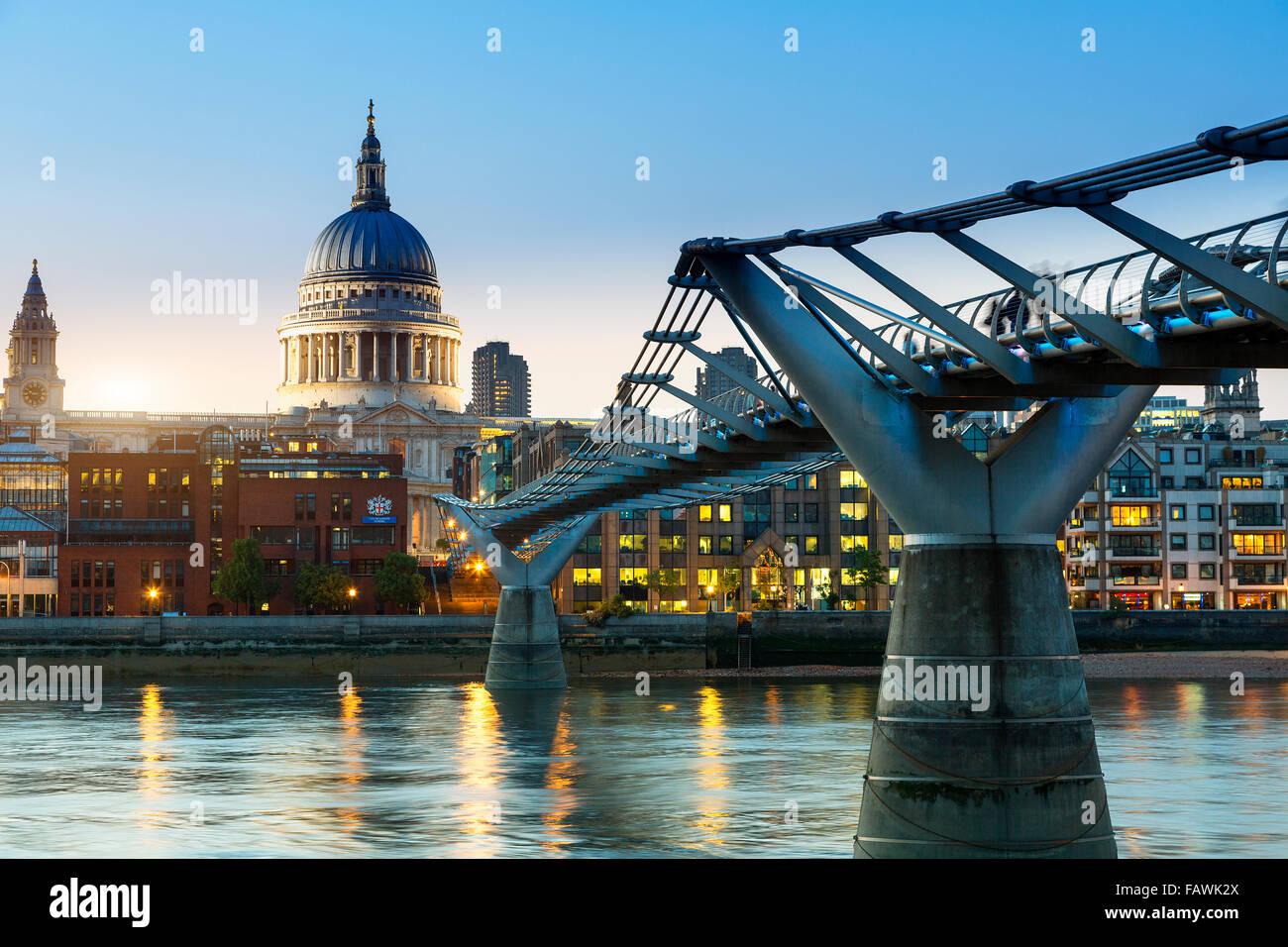 London, Millennium Bridge in der Dämmerung Stockbild