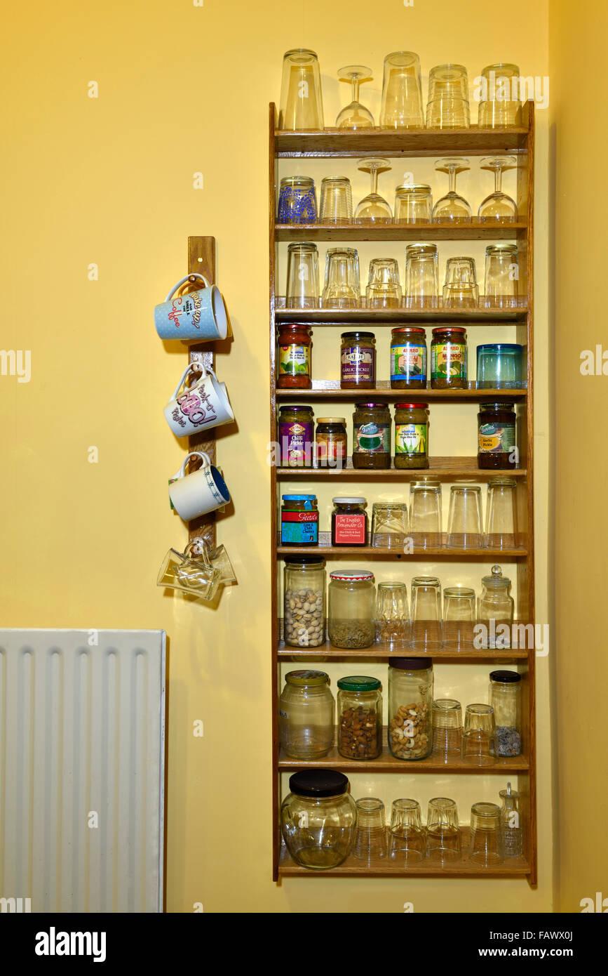 Kundenspezifische Eiche Holz Küche Regale mit Essen und Gläser und ...