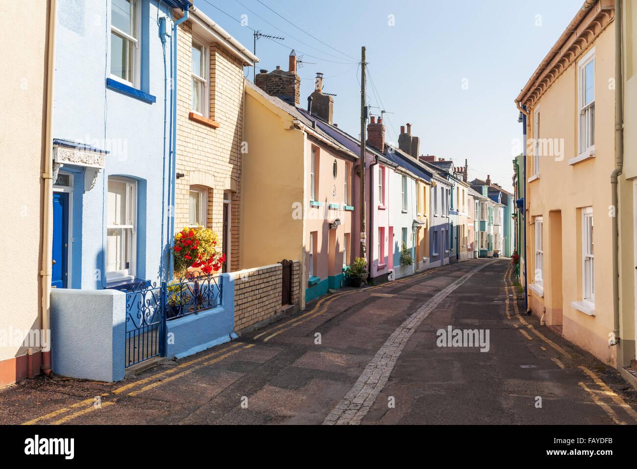 Mehrfarbige, terrassenförmig angelegten Häuser auf einer Straße in Appledore, Nord-Devon, UK Stockbild