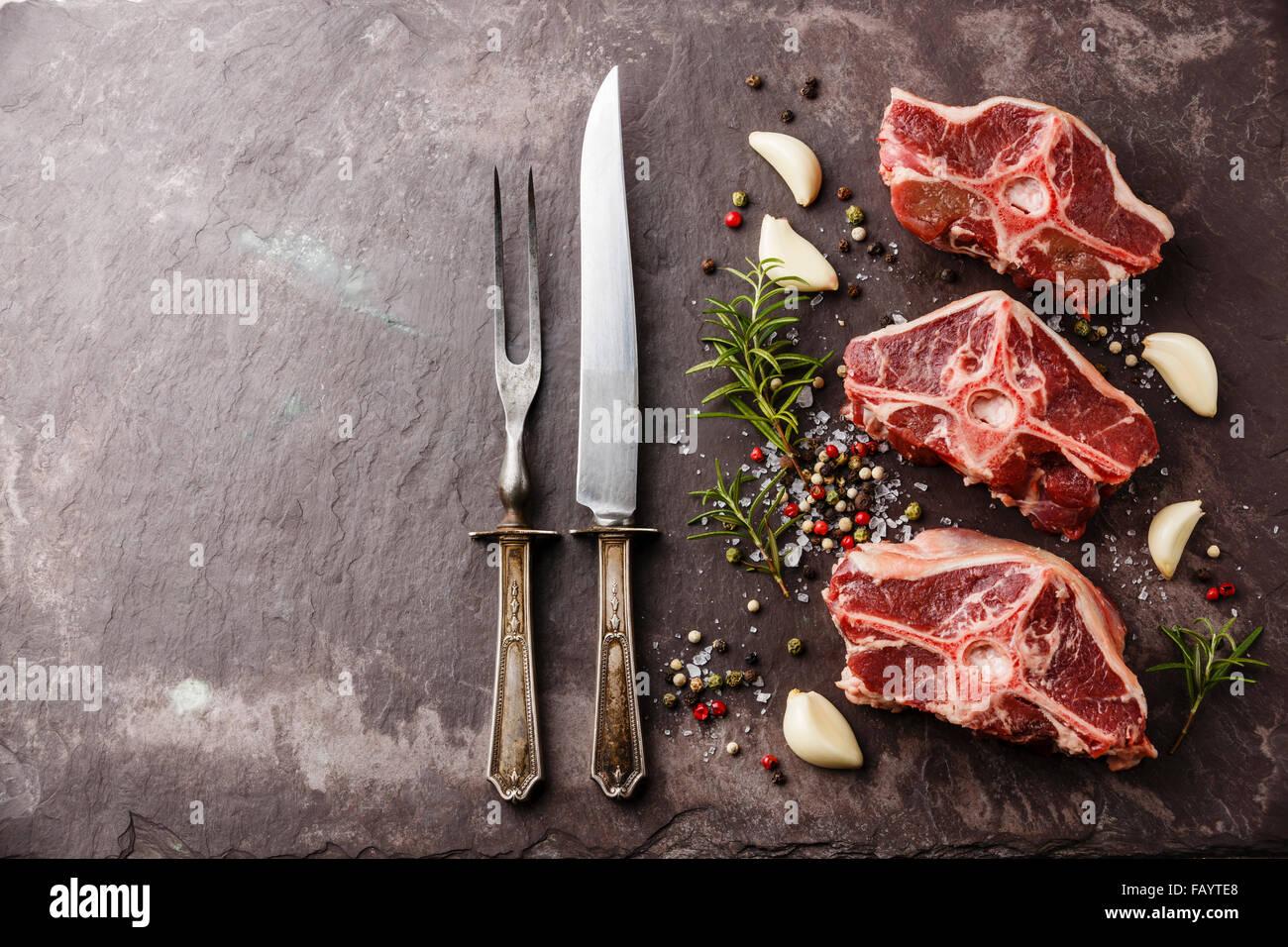 Rohes Frischfleisch Hammel Lammrücken mit Kräutern und Gewürzen auf Stein Schiefer Teller Stockbild