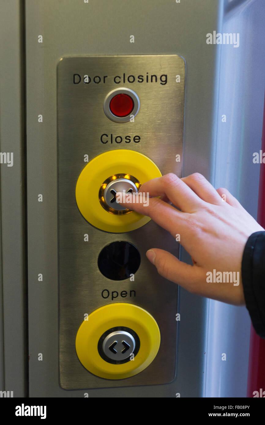 Eine Frau eine Tür schließen Taste ein CrossCountry-Zug in England ...