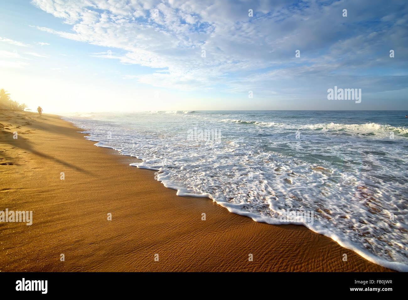 Hellen Morgen auf einem sandigen Strand des Ozeans Stockbild