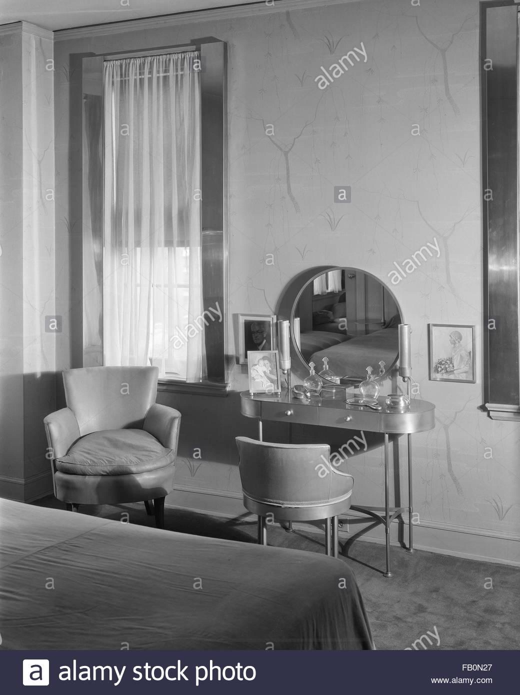 Inneneinrichtung, Schlafzimmer mit Schminktisch und Stuhl. John W ...