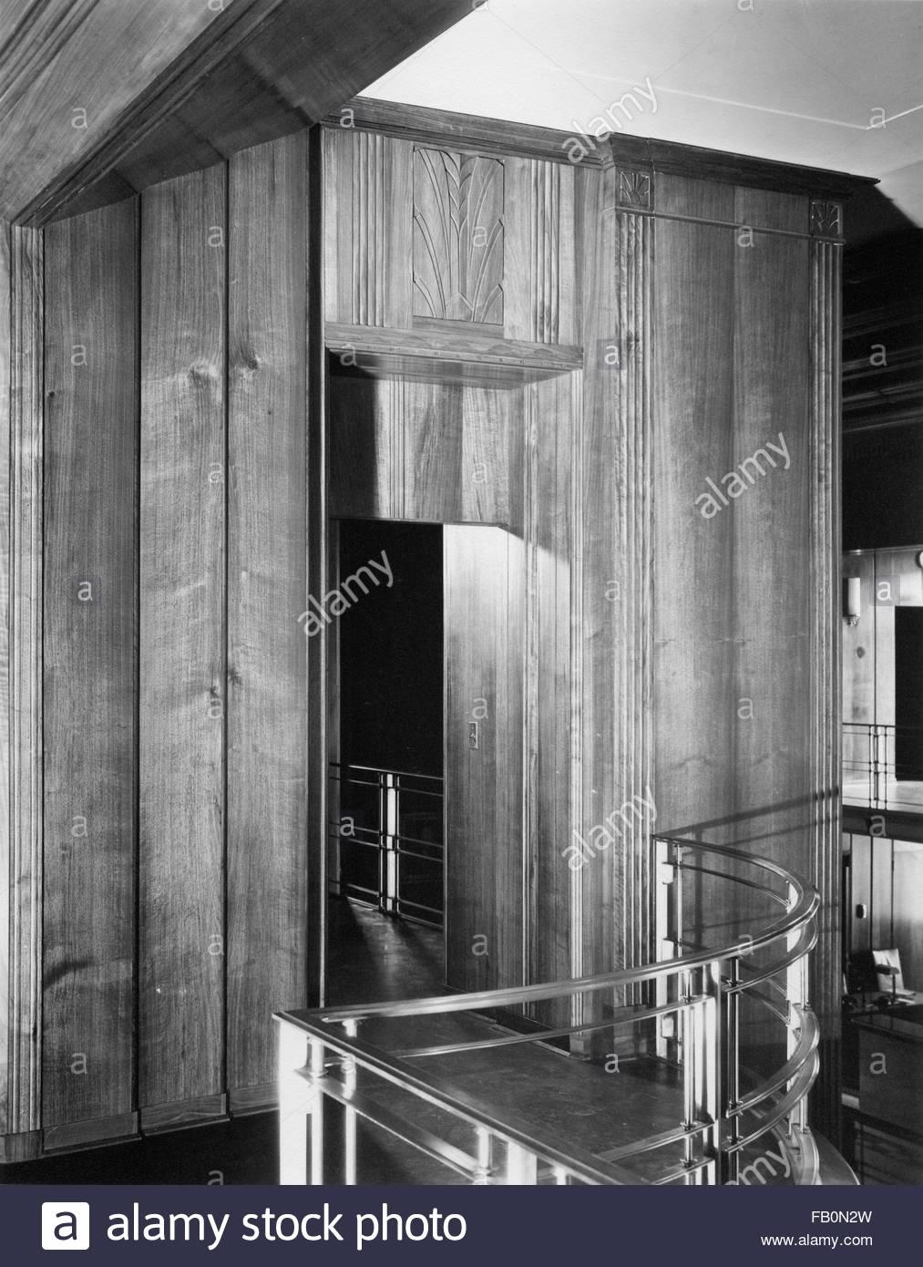 Interieur, Tür mit Holz getäfelten Wänden. Central National Turm in ...