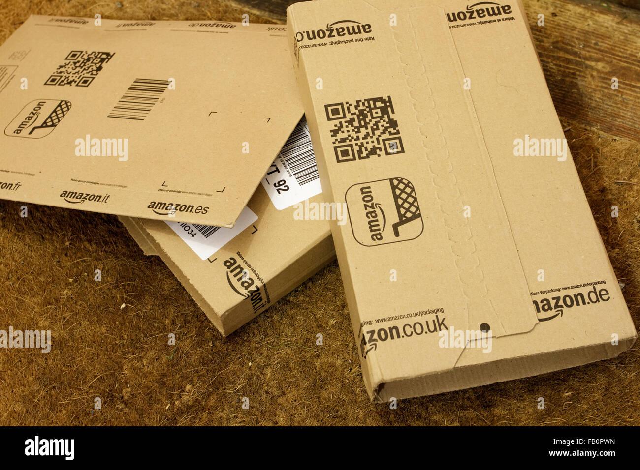 Amazon Lieferung Kisten auf dem Boden durch die Vordertür des Hauses in England, UK Stockbild