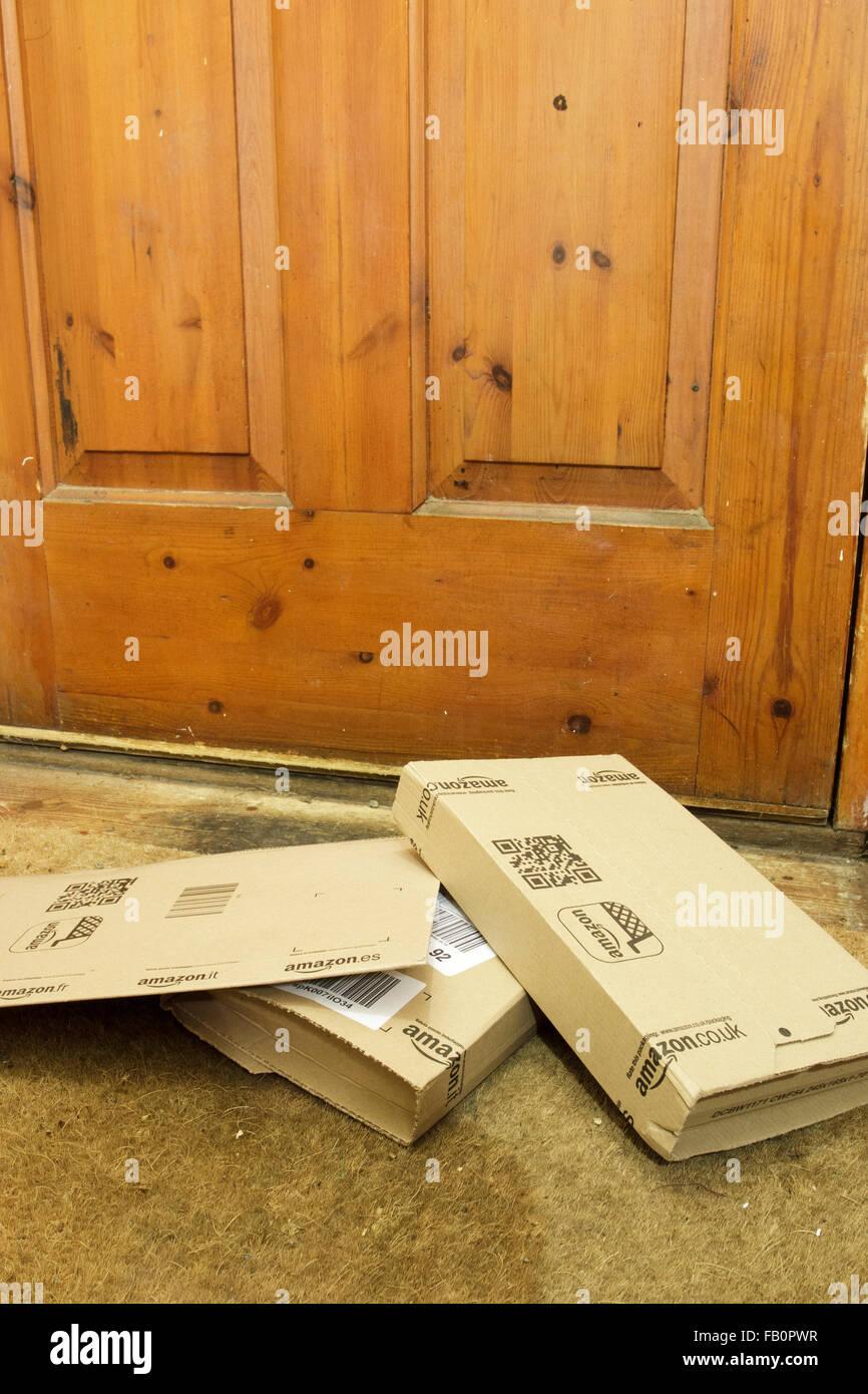 Amazon Lieferung Kisten auf dem Boden durch die Vordertür des Hauses in England, UK Stockfoto